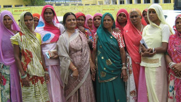 Director-Shakuntala-Pamecha-with-the-women-of-Kachbali-during-the-voting