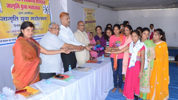 Distributing-Prize-to-the-participants-of-Yuva-Mahotsav-2017